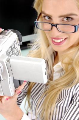 Creativa publicista con cámara de vídeo