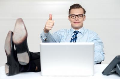 Un hombre de negocios satisfecho tras escribir el post perfecto, un post ganador